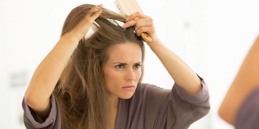 Девушка расчесывает волосы