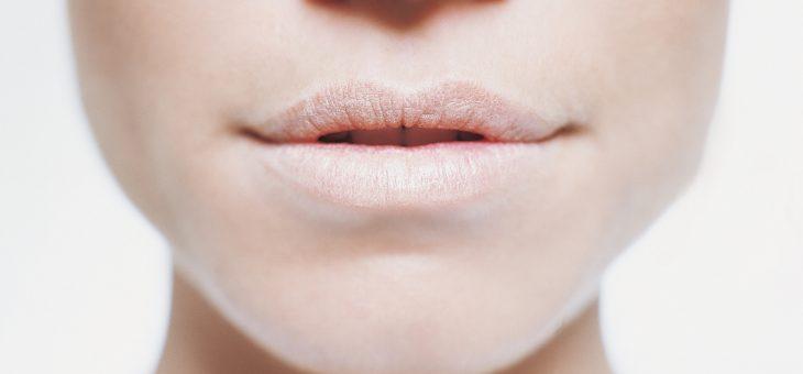 Лучшие средства и рецепты для лечения сухости губ